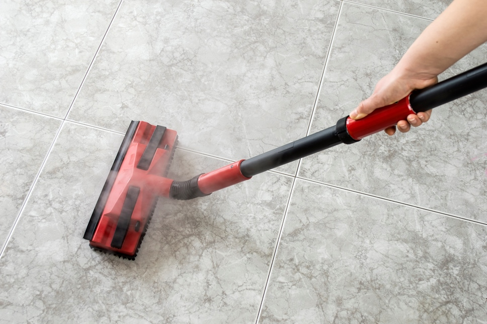 Cleaning a tyle floor